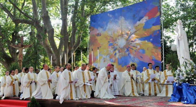 Jour 9 – Prions pour que les prêtres se montrent fils de l'Eglise et de Marie