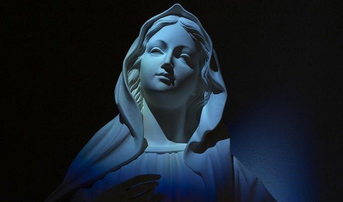 Je me suis plongée en prière, me mettant sous la protection de la Mère de Dieu