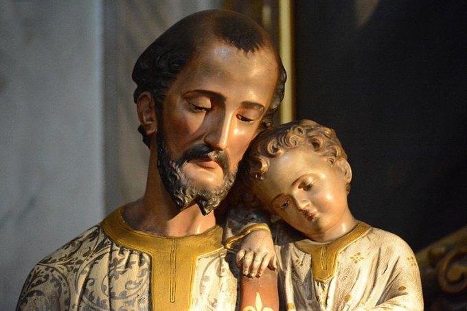 Avec le Pape François, prions pour les pères