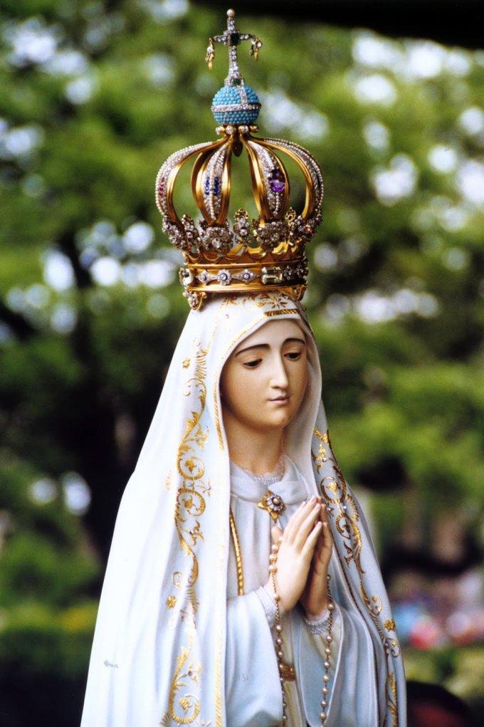 Offrons une couronne de roses à Notre Dame de Fatima en ce jour béni