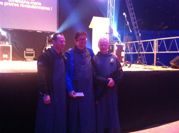 Notre première soirée sous le chapiteau ! Demain concert de Glorious et témoignage du père René-Luc !! Dimanche grand-messe avec notre nouvelle évêque !