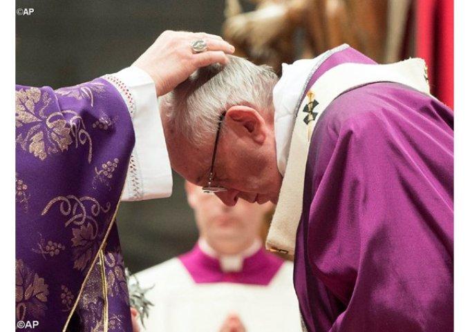 Ouverture du Careme - Message du Pape qui se fait imposer les Cendres