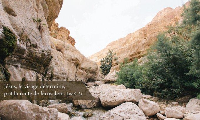 Jésus, le visage déterminé, prit la route de Jérusalem